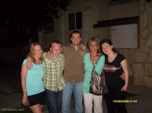 Familien sammen med tyrkiske venner