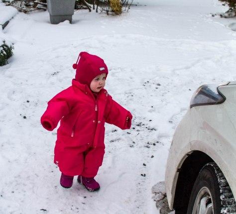 Jenny er kledd i varm drakt for å leke ute i snøen.