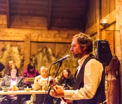 Ola Bremens synger viser ute på Borg ved Leknes
