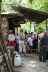 Ivrige turister følger med på smedens arbeid