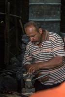 Smeden i Türktaş demonstrerer hvordan han lager kniver.