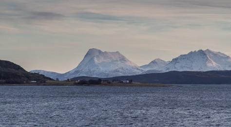 Bilde tatt fra Bjarkøy. Fjellene i bakgrunnen er naboøya Grytøy.