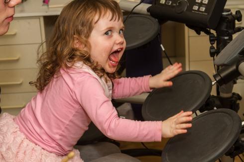 Jenny spiller trommer