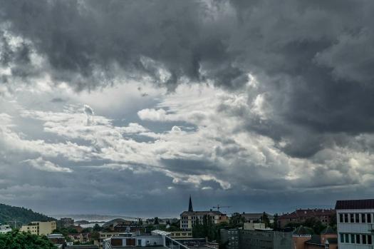 Tunge skyer utenfor kontoret. Det blir tordenvær.