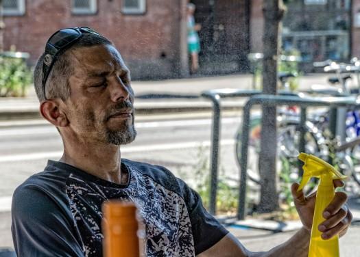 Jørgen kjøler seg ned med vannflaske