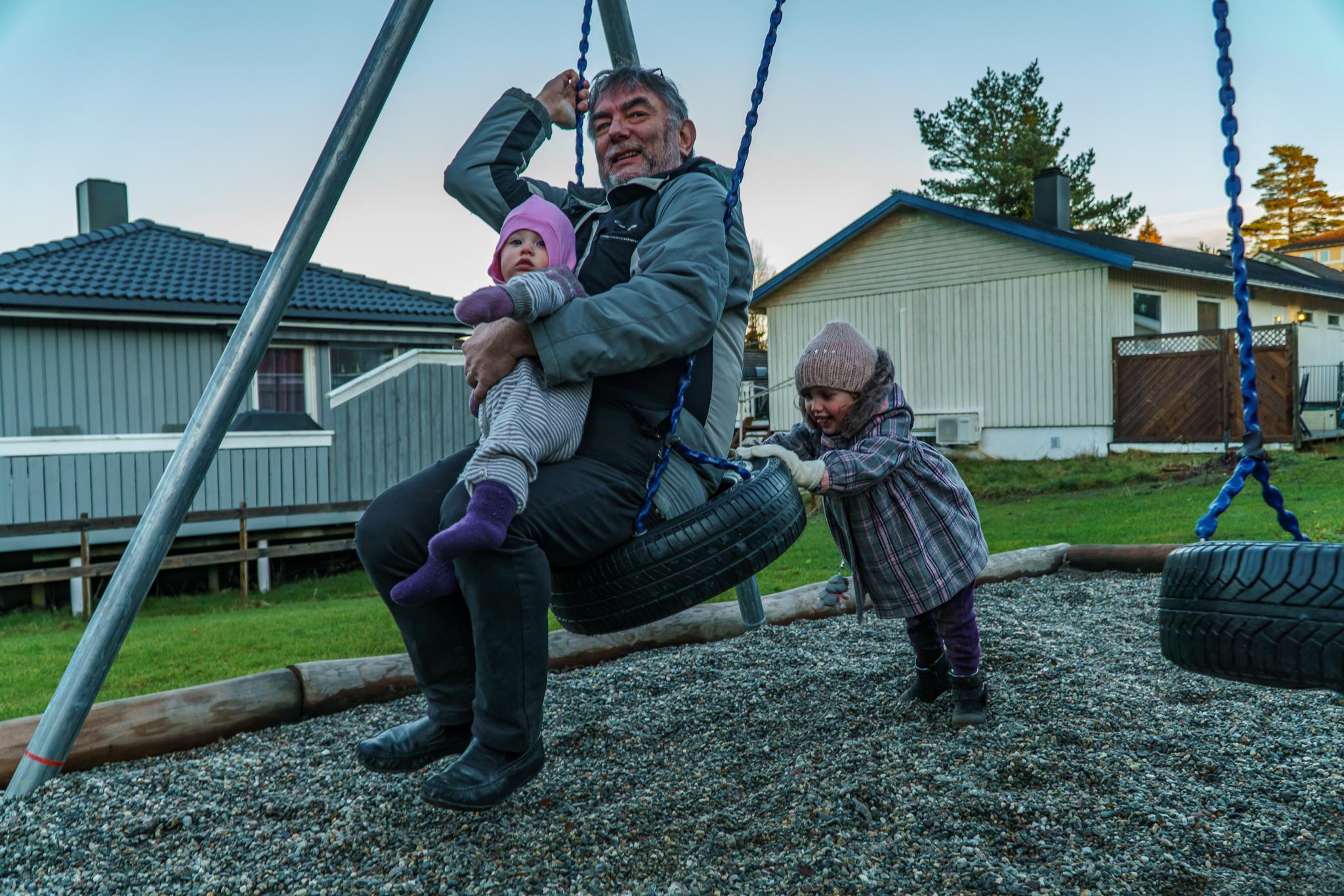 Barnebarna i lekeparken