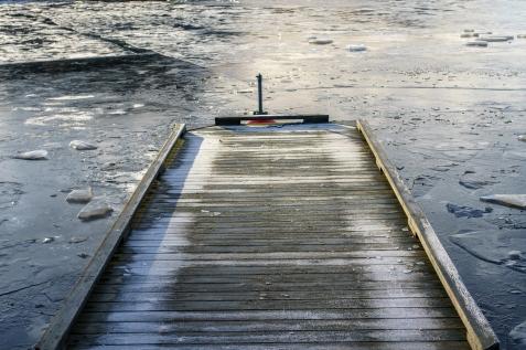 Det har ikke vært mye vinter, men det har lagt seg en del is allerede på indre havn i Halden.