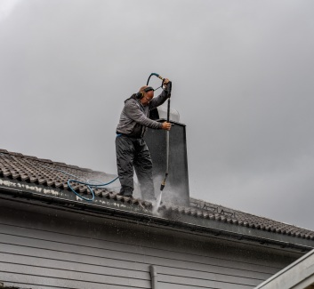 Vi skal vaske og male takstenene og Per Åge Gøperød gjør jobben for oss.